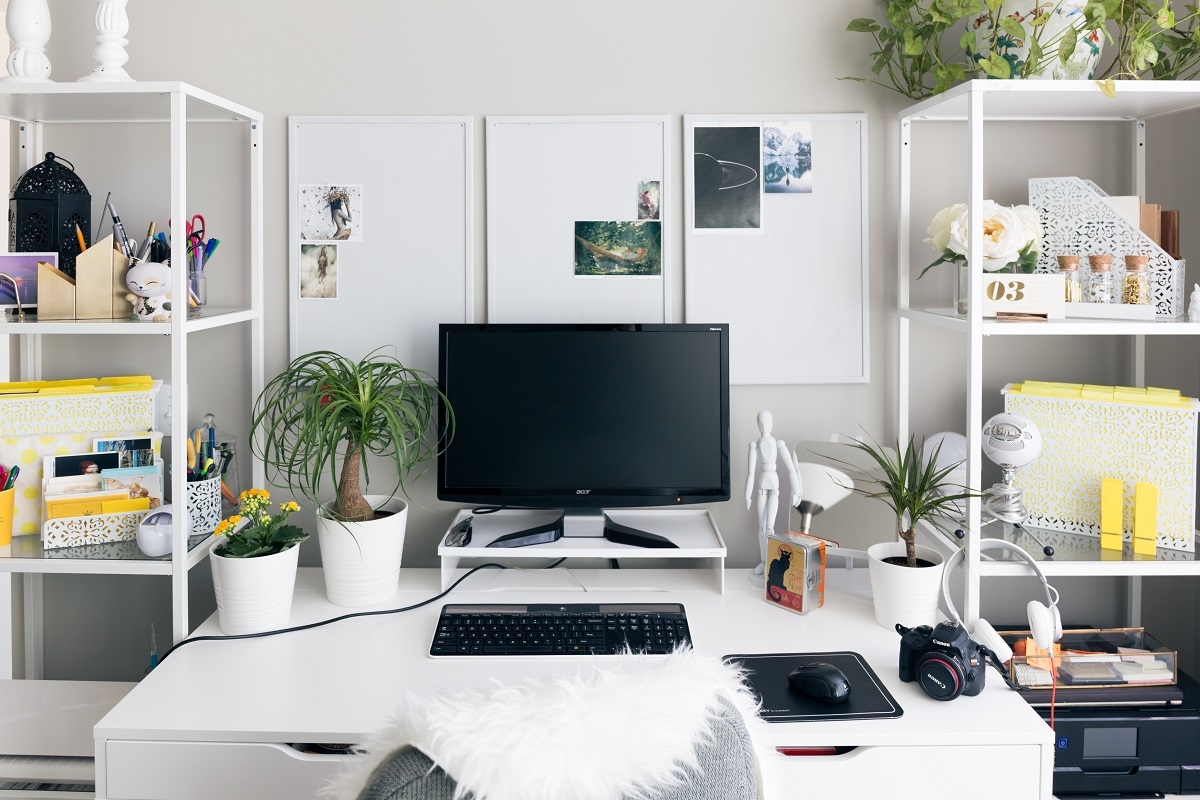 organised-office-clutter-free-desk